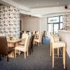 Výbava baru, kavárny: stoly, židle, barové židle, gauče